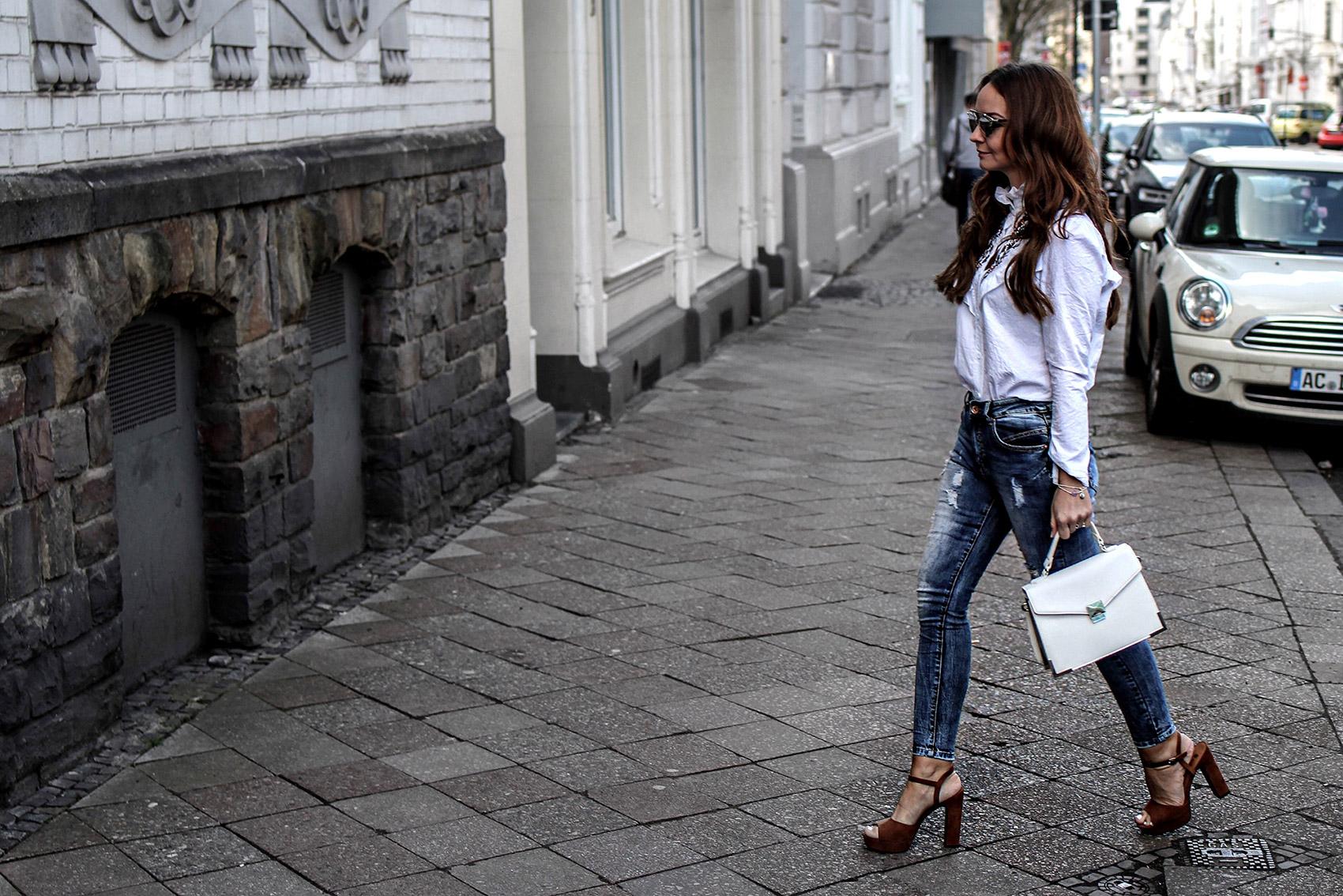 In Jeans und Bluse durch den Frühling