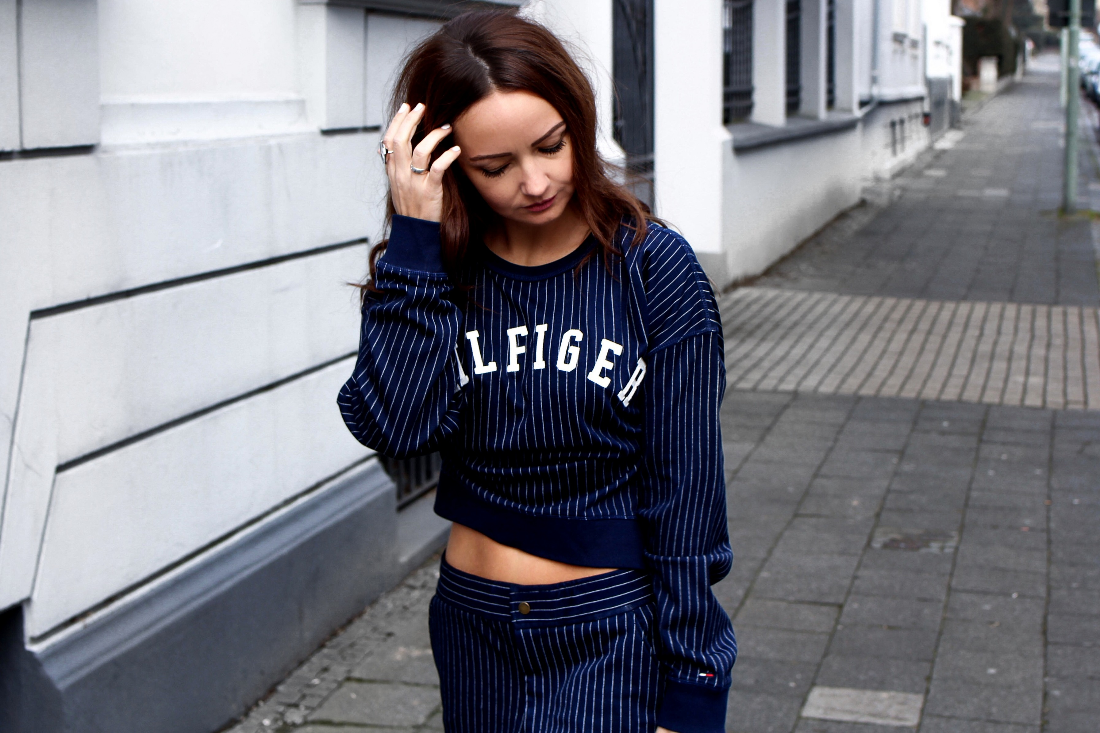 Fashioncircuz by Jenny tommy-hilfiger-blogger-look OUTFIT | HILFIGER JOGGINGHOSE & STATEMENT PULLI MEETS HIGH HEELS